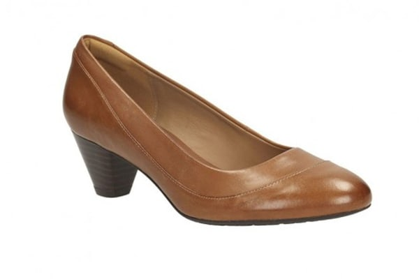 Clarks Women's Denny Harbour Closed Pump (Tan Leather, Size 7 US)